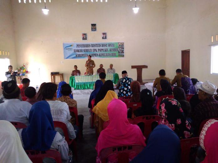 Camat Kundur, Eri Noval Jadinata menyerahkan bantuan bagi masyarakat tak mampu dalam program bantuan dari UPK PNPM Mandiri Perdesaan Kecamatan Kundur, Selasa (5/3/2019) di Gedung Payung Sekaki Kilometer 4 Kecamatan Kundur.