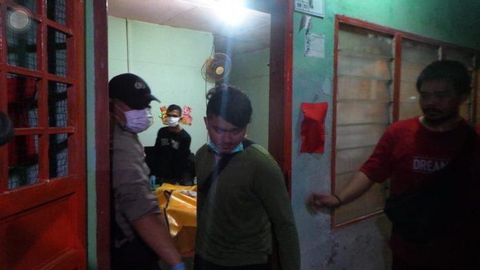 Jasad Asun saat dievakuasi petugas di kediamannya.