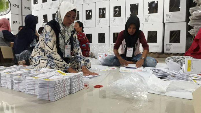 Suasana proses pelipatan surat suara di gudang logistik KPU Kabupaten Karimun.