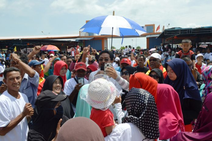Nurdin Basirun berwelfie bersama pendukung Jokowi-Amin saat acara deklarasi, kemarin.