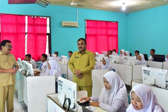 Bupati Karimun Aunur Rafiq meninjau pelaksanaan UNBK di SMAN 1 Kundur, Senin (1/4/2019)