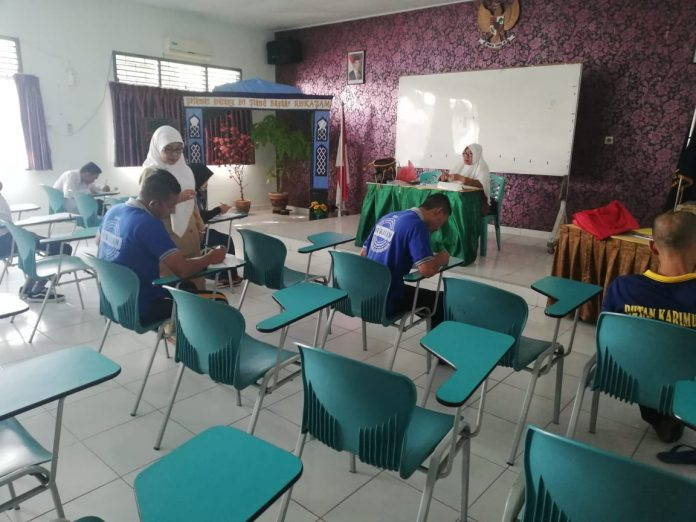 Sejumlah narapidana ataui siswa Paket C dan B Rutan Karimun sedang mngikuti UNBK, siang tadi.