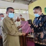 Bupati Karimun Lantik dan Serahkan SK Kepada 32 RT RW di Kelurahan Meral Kota
