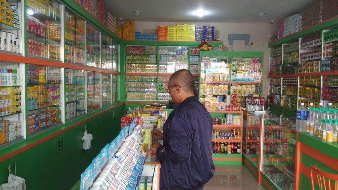 Ilustrasi toko obat di Karmun.