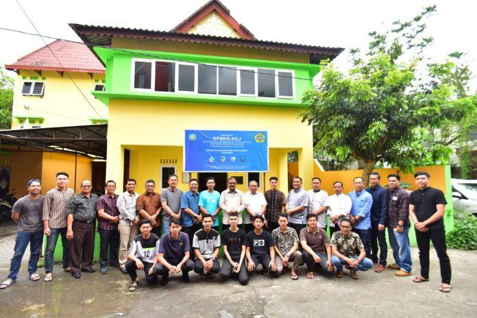 Keterangan Foto: Bupati Karimun Aunur Raifq foto bersama para personil sanggar asal Karimun, Sabtu (16/3/2019).