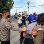 Sisir Jalanan, Polres Karimun Bagikan Puluhan Takjil dan Paket Sembako